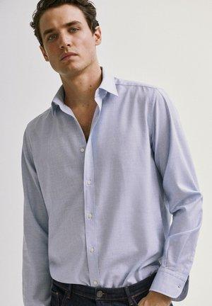 REGULAR-FIT AUS BAUMWOLLE MIT HAHNENTRITTMUSTER - Shirt - light blue