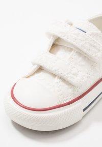 Converse - CHUCK TAYLOR ALL STAR LITTLE MISS CHUCK - Tenisky - white/garnet/midnight navy - 2