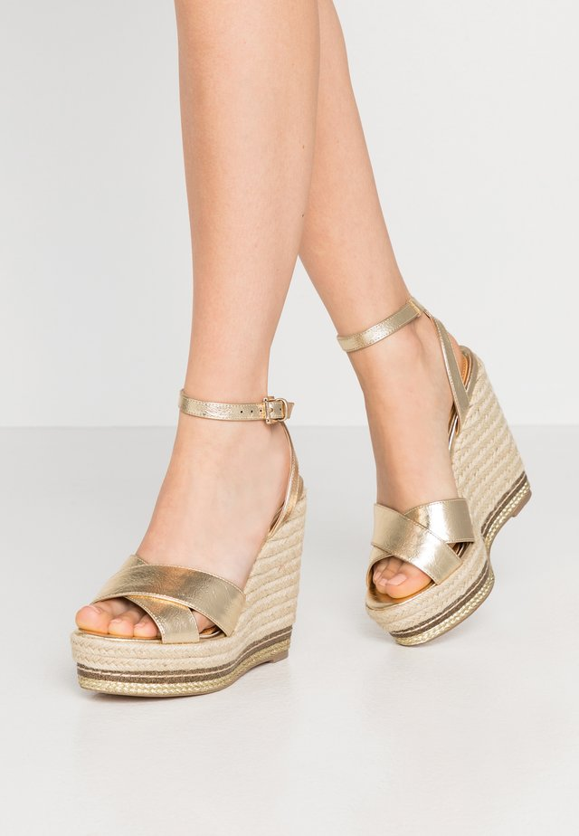 WHITTANY CROSSOVER HIGH WEDGE - Sandales à talons hauts - gold