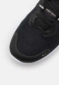 Nike Performance - REACT MILER 2 - Nøytrale løpesko - black/white/smoke grey - 5