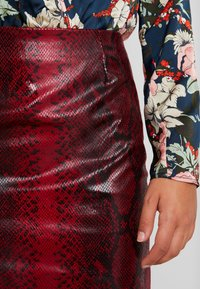 Missguided - TEXTURED SHINY SNAKE PRINT SKIRT - Minijupe - red - 4