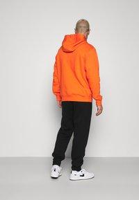 Nike Sportswear - CLUB HOODIE - Felpa con cappuccio - electro orange - 2
