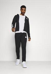 adidas Performance - ESSENTIALS TRAINING SPORTS SHORT SLEEVE TEE - Camiseta estampada - white/black - 1