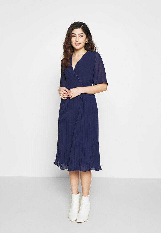 BELO MIDI PLEATED WRAP DRESS - Vestito estivo - navy