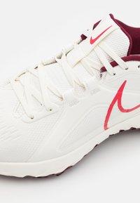 Nike Golf - REACT INFINITY PRO - Golfschoenen - sail/dark beetroot/fusion red - 5