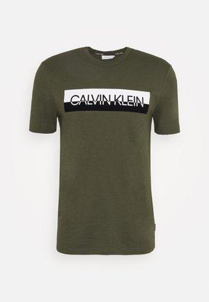 SPLIT LOGO - T-shirt con stampa - green