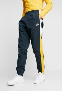 Nike Sportswear - PANT SIGNATURE - Trainingsbroek - seaweed/university gold/summit white - 0