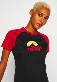 Zimtstern - SUNSETZ TEE - T-Shirt print - pirate black/jester red - 3