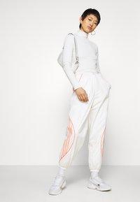 adidas Originals - TRACK PANT - Pantalon de survêtement - chalk white - 1