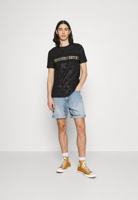 Glorious Gangsta - MINOS TEE - T-shirt imprimé - jet black/gold - 1