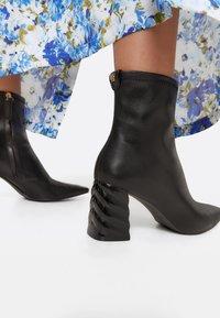 Uterqüe - Ankle boots - black - 0
