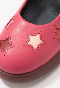 Camper - KIDS - Baleríny s páskem - pink - 2