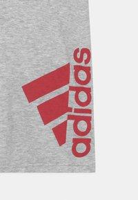 adidas Performance - SUM TEE - Print T-shirt - light grey/red - 2