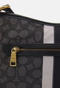 Coach - NAW SIGNATURE WITH BRANDING CHAISE CROSSBODY - Across body bag - graphite black - 4