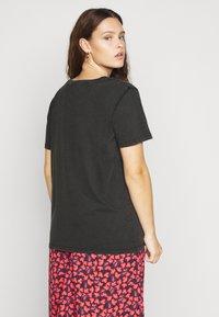 ONLY Carmakoma - CARAMOS LIFE BOXY TEE - Print T-shirt - black - 2