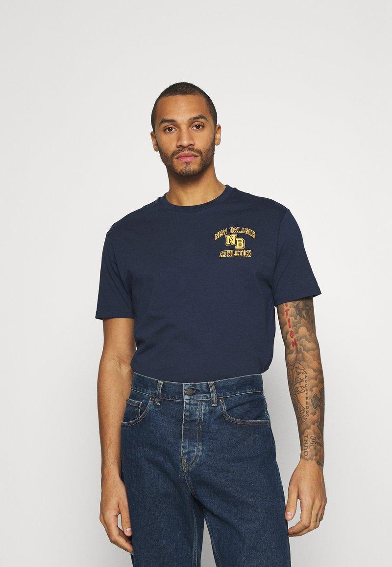 New Balance - ATHLETICS VARSITY TEE - Print T-shirt - dark blue