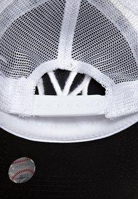 New Era - MLB CLEAN TRUCKER NY YANKEES - Cap - black/white - 5