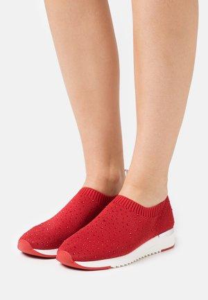 WOMS SLIP-ON - Loaferit/pistokkaat - red