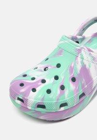 Crocs - CLASSIC PLATFORM MARBLED  - Pantofle na podpatku - pistachio/multi - 7