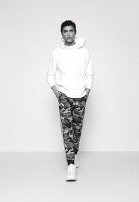 Michael Kors - BLOCKED LOGO JOGGER CAMO - Teplákové kalhoty - dark midnight - 3