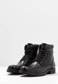 Jack & Jones - JFWMARLY - Šněrovací kotníkové boty - black - 2
