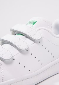 adidas Originals - STAN SMITH LACE-FREE SHOES - Baskets basses - footwear white / green - 5