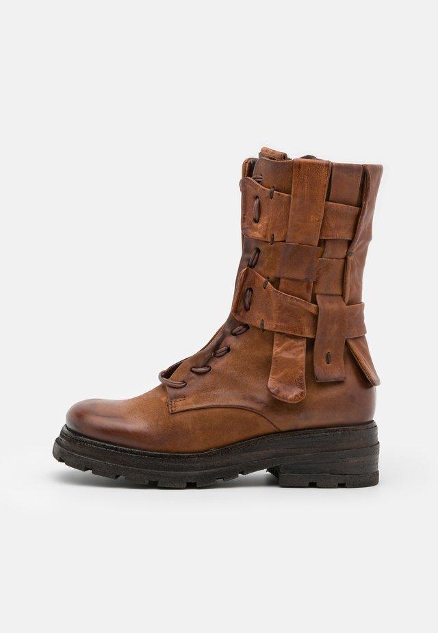 Kotníkové boty na platformě - calvados