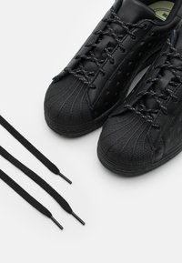 adidas Originals - PHARRELL WILLIAMS SUPERSTAR - Zapatillas - core black - 5