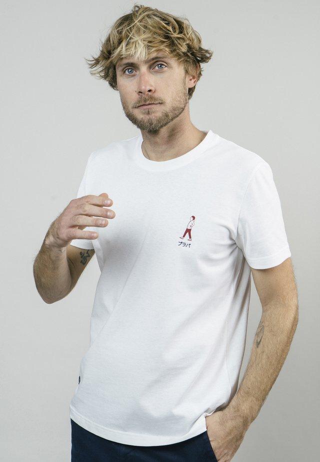 AKITO WALKING  - T-shirt med print - white