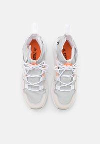 adidas Performance - TERREX HIKSTER TRAXION HIKING SHOES MID - Hikingskor - grey two/footwear white/signal orange - 3