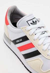 adidas Originals - USA 84 CLASSIC RUNNING SPORTS INSPIRED SHOES UNISEX - Tenisky - footwear white/core black/solar red - 5
