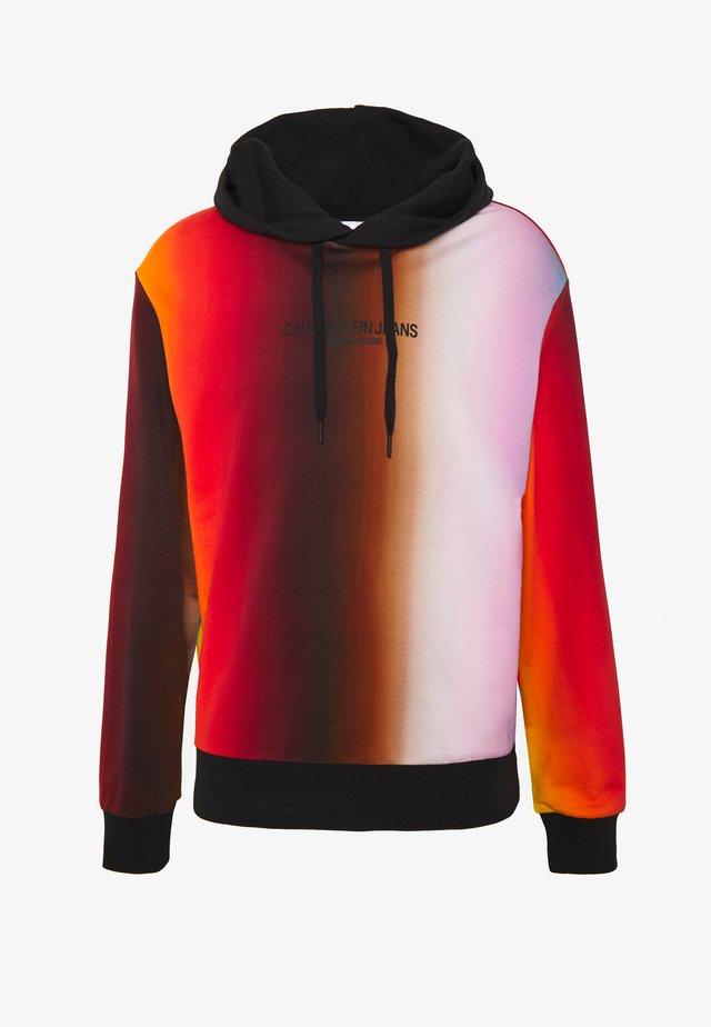 BLUR ALLOVER RELAXED HD UNISEX PRIDE - Sweatshirt - rainbow blur