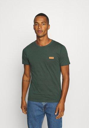 JCOSIGNAL TEE CREW NECK - T-shirt z nadrukiem - darkest spruce
