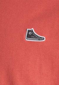 Converse - CHUCK TAYLOR PATCH SHORT SLEEVE TEE UNISEX - Print T-shirt - terracotta pink - 2