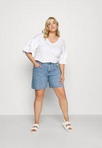 ONLY Carmakoma - CARHINE - Shorts di jeans - light blue denim - 1