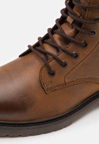 Jack & Jones - JFWNORSE BOOT - Lace-up ankle boots - cognac - 5