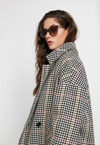 Calvin Klein - Sluneční brýle - taupe - 1