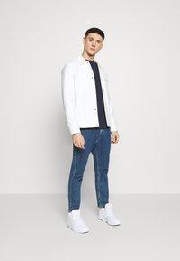 Tommy Jeans - LONGSLEEVE SCRIPT BOX TEE - T-shirt à manches longues - twilight navy - 1