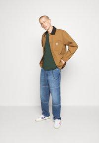 Tommy Jeans - SKATER UNISEX - Jeans Tapered Fit - light blue - 1