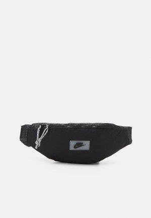 HERITAGE HIP PACK UNISEX - Bæltetasker - black/white