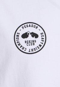 Pegador - MIKE OVERSIZED TEE UNISEX - Triko spotiskem - vintage white - 2