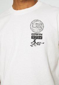 Edwin - GLOBAL CHEST UNISEX - Print T-shirt - whisper white - 6