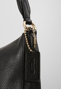 Coach - PEBBLE SUTTON CROSSBODY - Torebka - black - 7