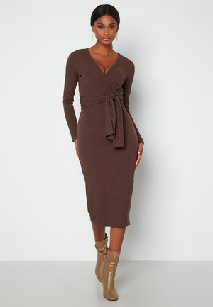 INES  - Fodralklänning - brown