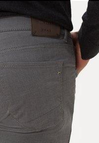 BRAX - STYLE CHUCK - Slim fit jeans - graphit - 3