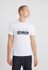 EA7 Emporio Armani - T-shirt med print - white - 0