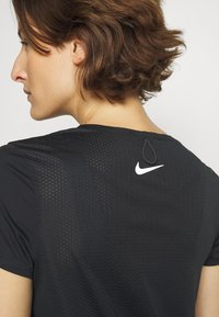 Nike Performance - RUN MILER  - Camiseta estampada - black/particle grey/silver - 4