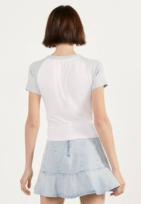 Bershka - MIT RAGLANÄRMEL - T-shirt imprimé - white - 2