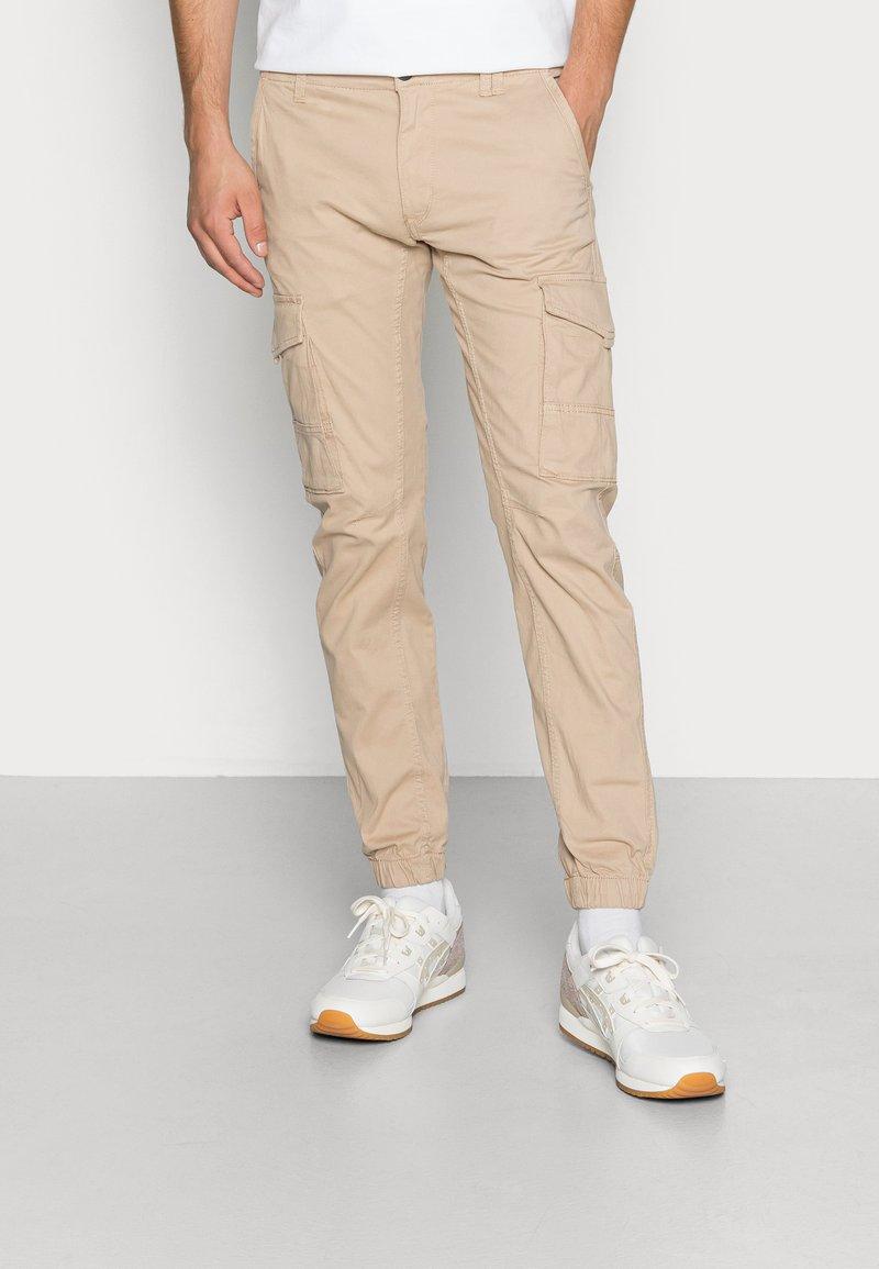 Jack & Jones - JJIPAUL JJFLAKE - Cargo trousers - white pepper