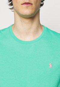 Polo Ralph Lauren - CUSTOM SLIM FIT JERSEY CREWNECK T-SHIRT - Basic T-shirt - sunset green - 4